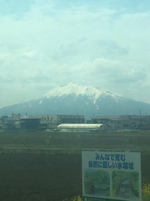 車窓から見た岩木山